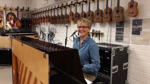 Musiklärare Marina Lindholm sitter vid pianot i musikklassen.