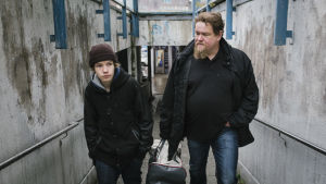 Lenni med grannen Janne promenerar i en gångtunnel.