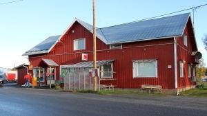 Rödmålad med vita knutar är bybutiken Nybos i Töjby, i Närpes.