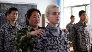 Kiinalaisia sotilashenkisissä asuissa luokkahuoneessa