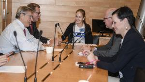 Minttu Kurki leder ordet i riksdagens utrikesutskott 10.10.2018. Hon är medlem i barnens styrelse vid Plan International i Finland