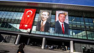 Porträtt av president Recep Tayyip Erdoğan och Turkiets landsfader Mustafa Kemal Atatürk på terminalväggen på Istanbuls nya flygplats.