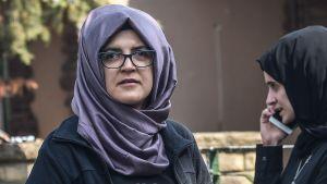Jamal Khashoggis fästmö Hatice Cengiz utanför Saudiarabiens konsulat i Istanbul dagen efter att Khashoggi försvunnit.