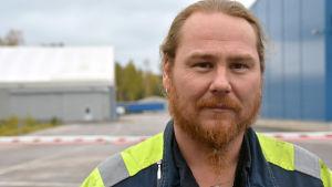 Jonas Gustafsson utanför SSAB:s fabrik i Lappvik i Hangö.