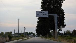 Bilvägen som leder till Borgo Mezzanone.