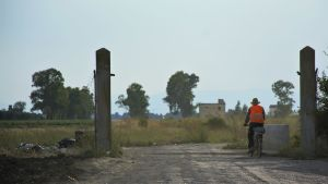 En man cyklar mot ghetto Borgo Mezzanone.