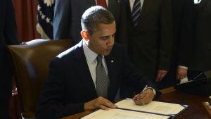 Barack Obama undertecknar Magnitsky Act, en lag som straffade personer involverade i mordet på Sergej Magnitskij 2009.