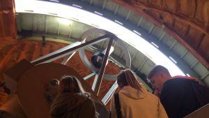 Skolelever tittar upp mot taket innuti ett observatorietorn.