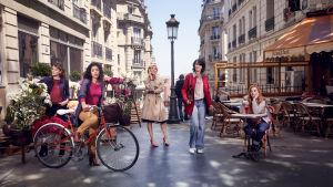 Viisi naista pariisilaisella kadulla.