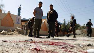 Blodspår efter en granatexplosion utanför en vallokal i centrum av Kabul på lördagen.