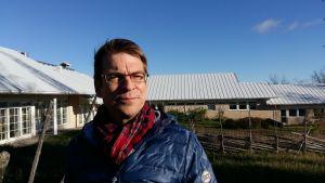 Tomas Björkroth i blå jacka och glasögon utanför Axxell Brusaby.