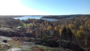 Vy över Pojoviken från Kasberget, med höstfärger.