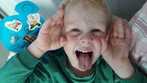 Barn som räcker ut tungan.