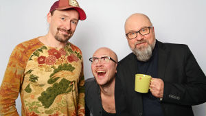 Kalle Ahola, Marzi Nyman ja Juha Blomberg seisomassa