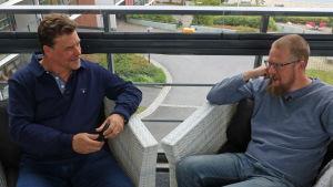 Kuvassa on Tuomas Kyrö kymppiluokan opettajansa Pekka Paappasen kanssa