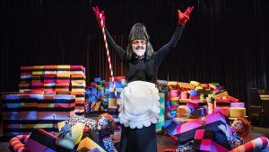 Marcus Groth som häxan Hedwig i Hans och Greta på Svenska Teatern.