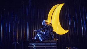 Dennis Nylund som månen i Hans och Greta på Svenska Teatern.