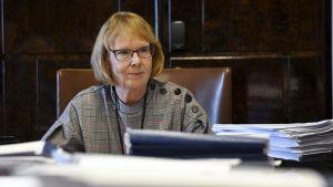 Grundlagsutskottets ordförande Annika Lapintie vid förhandlingsbordet