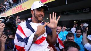 Lewis Hamilton visar med sina fingrar att han vunnit fem VM-titlar.