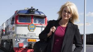 Todella upeeta -tähti Joanna Lumley matkustaa dokumenttisarjassa maailman pisintä junareittiä idästä länteen.