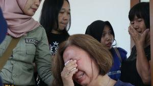 Anhöriga till olycksoffren väntade på DNA-resultat på polissjukhuset i Pangkal Pinang på tisdagen.