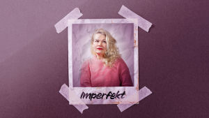 """En polaroidbild fasttejpad på en rosa bakgrund. Bilden föreställer en kvinna med blont lockigt hår. Nere på bilden står det """"Imperfekt""""."""