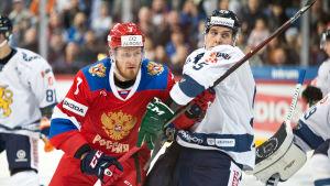 suomalaisia ja venäläisiä jääkiekon pelaajia