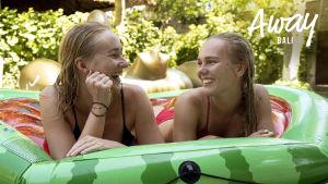 Kati ja hänen ystävänsä loikoilevat uimapatjan päällä Balilla.