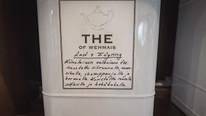 """Valkoista teetä nimeltään """"Lust & Fägring"""" purkissa Vehmaan kartanon teehuoneella."""