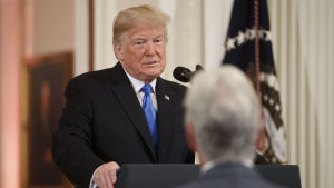 Donald Trump håller presskonferens om mellanårsvalet.