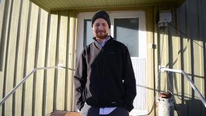 Karl Granberg framför dörren till bönehuset.