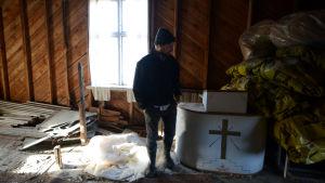Karl Granberg på vinden i bönehuset.
