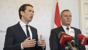 Österrikes förbundskansler Sebastian Kurz (till vänster) och försvarsminister Mario Kunasek höll en preskonferens om det misstänkta spioneriet på fredagen.