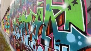 Kuvassa on graffiti purkutuomion saaneen hämeenlinnalaisen Kaurialan yläasteen seinästä.