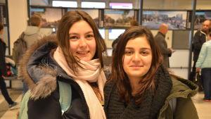 Två kvinnor, Fidan Mehdiyeva och Narmin Aliyeva, ler mot kameran i ytterjackor på Åbo flygplats.