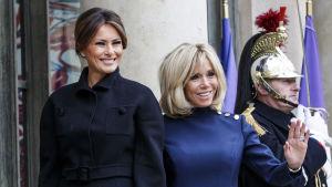 Frankrikes första dam Brigitte Macron och hennes amerikanska kollega Melania Trump utanför Élyséepalatset på lördagen.