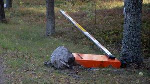 Bommen vid porten till fastigheten i ändan av Ybbersnäsvägen ligger på marken.
