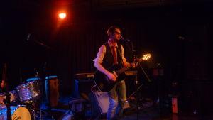 Musikern Jerry Lindqvist på scen.