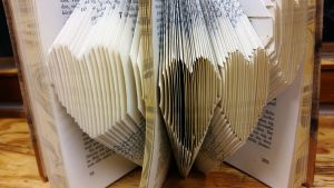 Vikta blad i en bok.