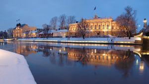 Åbo stadshus i vinterbelysning