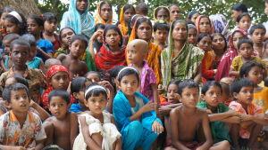 många kanske indiska barn på en gruppbild.