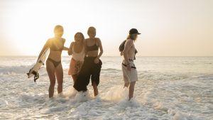 Away-Bali-sarjan Kati, Ayu, Tiiu ja Jeppe poseeraavat meren rannalla.