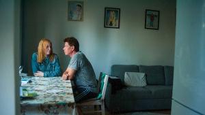 Dokumenttielokuva Jatkoajalla on lämminhenkinen henkilökuvaus, joka antaa äänen entisille rikollisille ja asunnottomille henkilöille.
