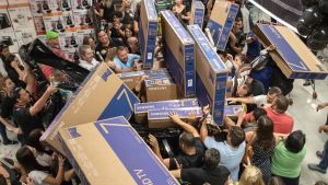 Brasilianska konsumenter i Sao Paulo jagar efter televisionsapparater under Black Friday