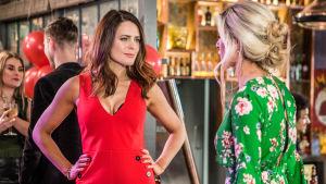 Hollyoaks-sarjan hahmot tapaavat toisensa juhlissa.