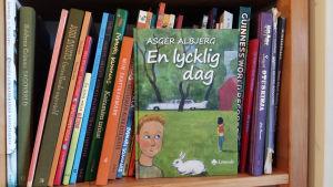 Boken En lycklig dag skriven av Asger Albjerg och illustrerad av Peik Bäckström.