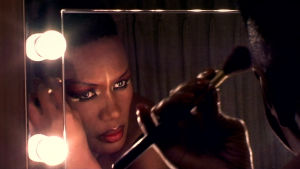 Grace Jones meikkaa takahuoneessa. Kuva dokumenttielokuvasta Grace Jones: Bloodlight and Bami.
