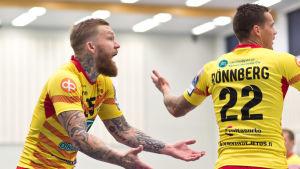 Teemu Tamminen och Nico Rönnberg från Cocks spelar i handbolsligan hösten 2018.