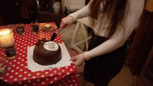 Lucia skär upp en bit av kakan