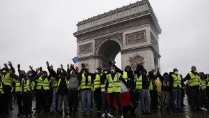 Demonstranter med gula västar samlades vid Triumfbågen trots att området var avspärrat